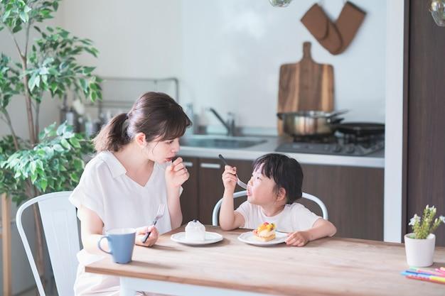 Manger un gâteau à la table à manger à la maison