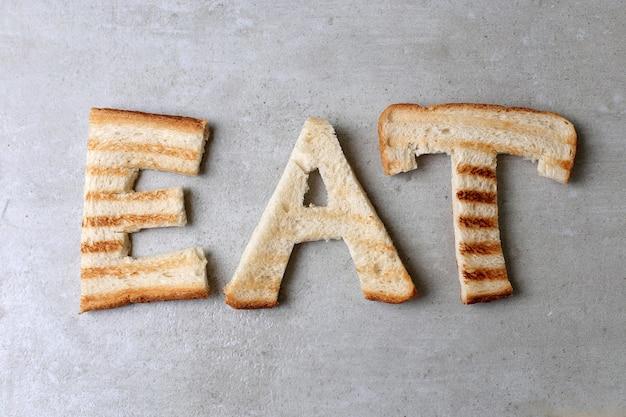 Manger des mots avec des toasts