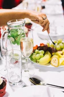 Manger à partir d'une assiette de fruits lors d'une fête de mariage