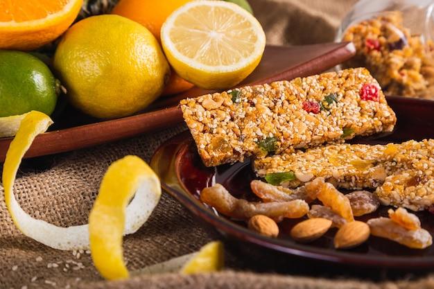 Manger sainement avec des barres de céréales et d'agrumes