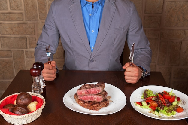 Manger un steak de boeuf