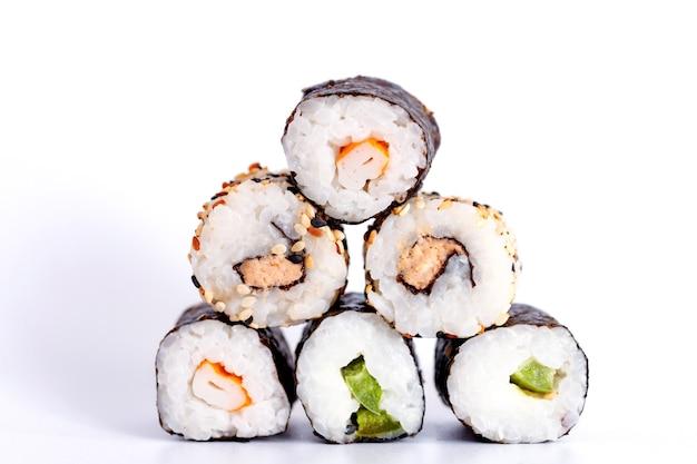 Manger des sushis avec des baguettes. sushi roll cuisine japonaise au restaurant isolé sur fond blanc.
