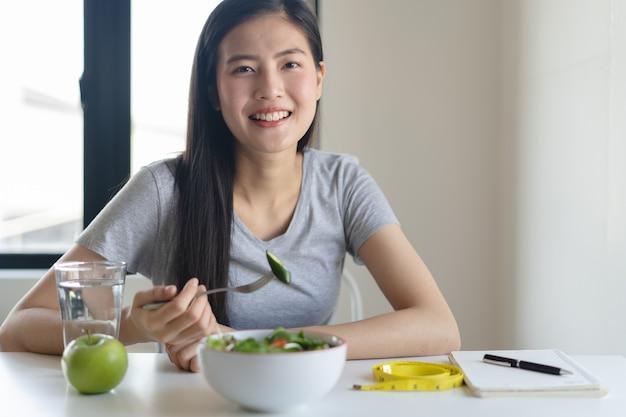 Mangez des aliments sains sur le mode de vie bien-être. femme, manger, salade.
