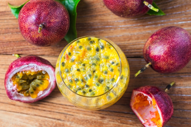 Mango avec smoothie aux fruits de la passion des ingrédients frais