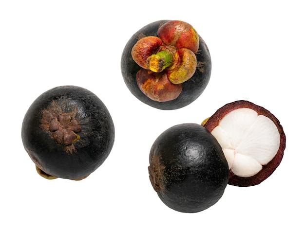 Mangoustan frais isolé sur fond blanc, macro