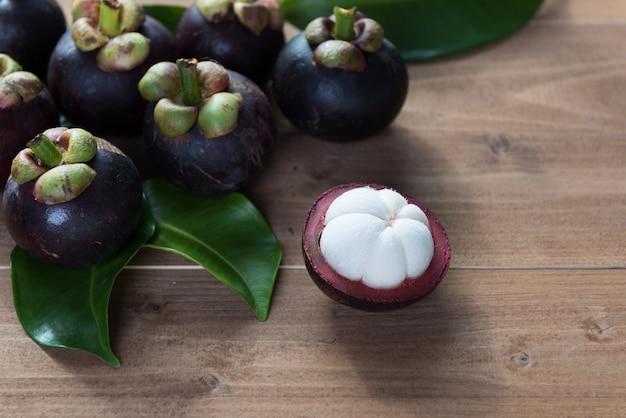 Mangoustan frais sur table en bois, reine des fruits en thaïlande