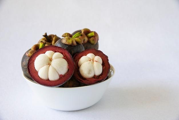 Mangoustan fruits populaires thaïlandais - un fruit tropical avec des segments de chair blanche juteuse et sucrée à l'intérieur d'une croûte épaisse brun-rougeâtre.