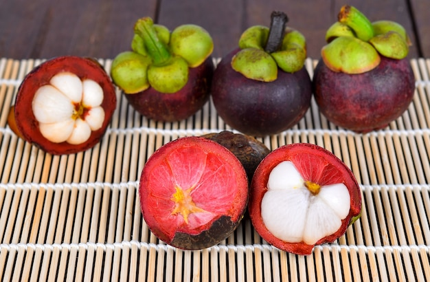 Mangoustan sur table en bois