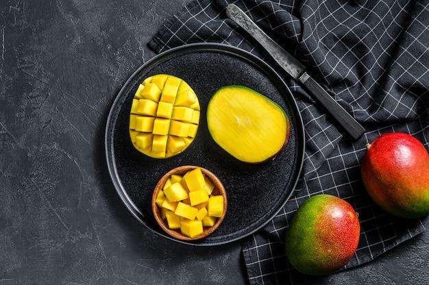 Mangue. couper en cubes de fruits tropicaux. vue de dessus