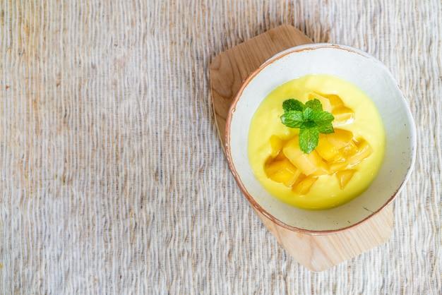 Mangue fraîche avec bol de yaourt