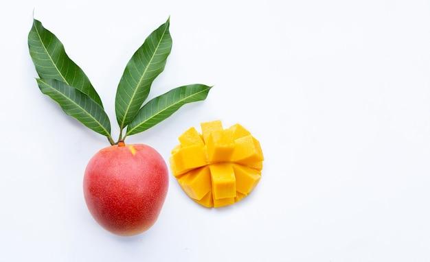 Mangue de fruits tropicaux sur fond blanc