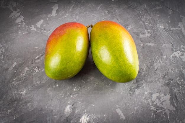 Mangue de fruits tropicaux sur fond gris. mangue sous forme de poumons.