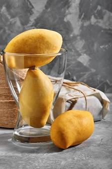Mangue jaune. fruits tropicaux. sur un fond de béton. vue de dessus. copiez l'espace.