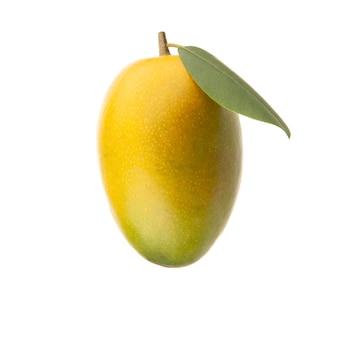 Mangue jaune rouge avec feuille verte isolé sur fond blanc
