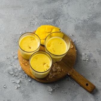 Mangue lassi, yaourt ou smoothie. boisson d'été populaire indienne probiotique saine
