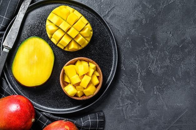 Une mangue mûre coupée en cubes de fruits tropicaux