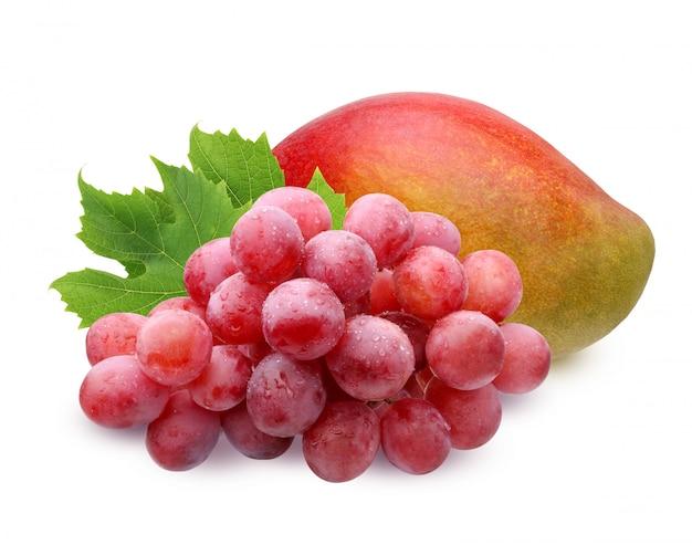 Mangue mûre et pinceau de raisin rouge avec des gouttes d'eau avec des feuilles