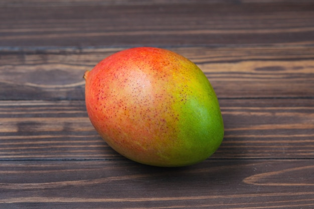 Mangue mûre, se trouve sur une table en bois