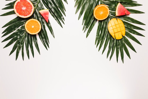 Mangue orange tranchée de pastèque rouge mûre à la feuille de palmier