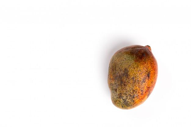 Mangue pourrie. fruits trop mûrs sur une surface blanche.