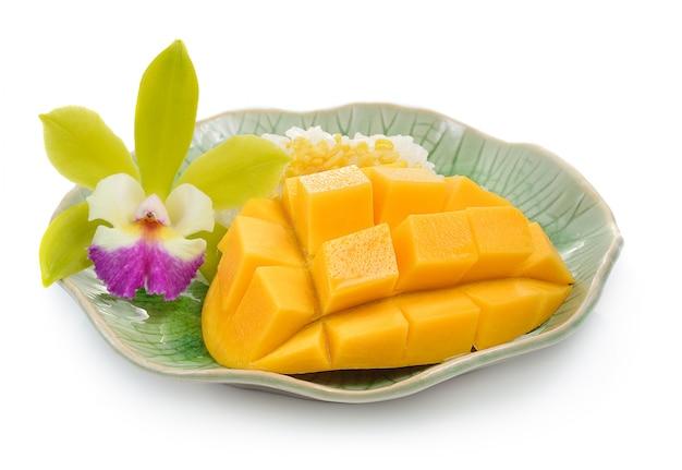 Mangue et riz gluant sur blanc