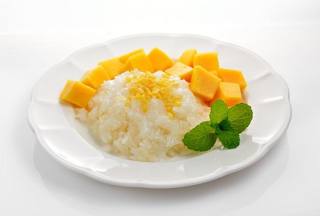 Mangue et riz gluant sur espace blanc