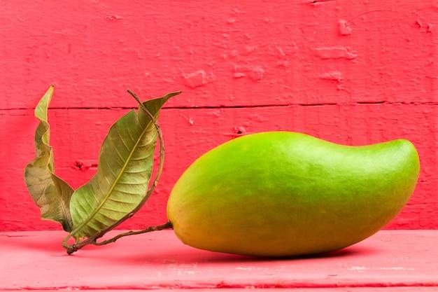 Mangue verte sur bois couleur rose