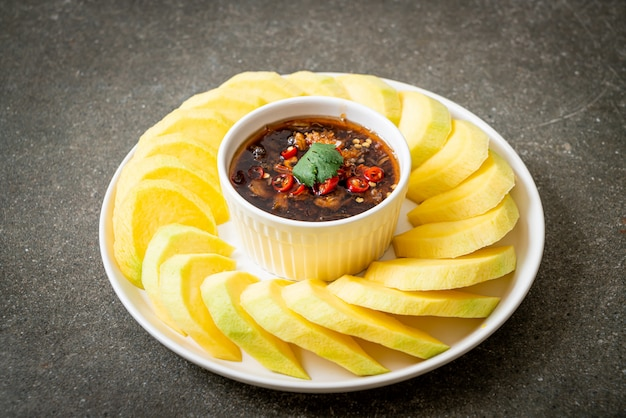 Mangue verte et dorée fraîche avec trempette de sauce de poisson sucrée, style asiatique