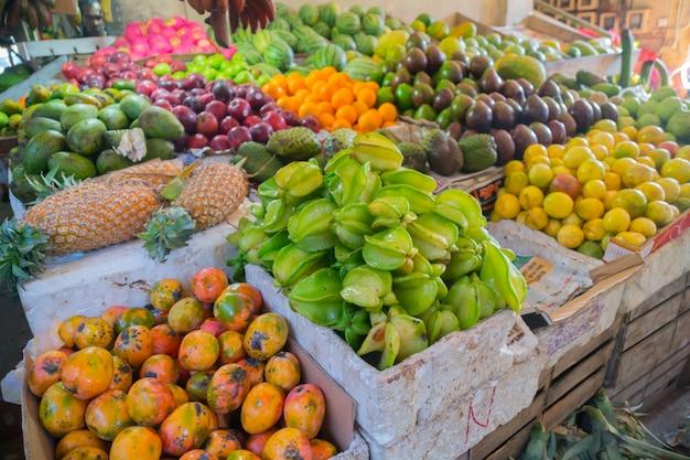 Mangues, ananas, carambole et autres fruits tropicaux.