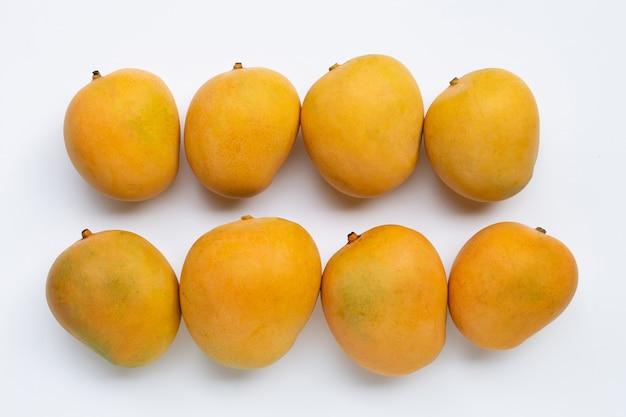 Mangues mûres isolés sur une surface blanche