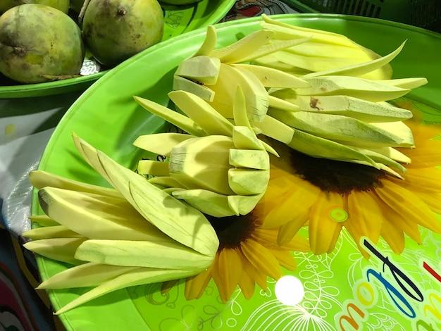 Les mangues sont coupées en morceaux prêts à manger.