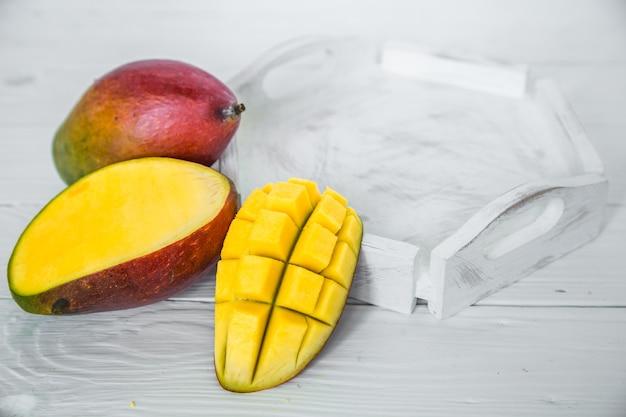 Mangues Sur Une Surface En Bois Blanche Photo Premium