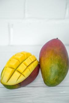 Mangues Sur Table En Bois Blanc Photo Premium