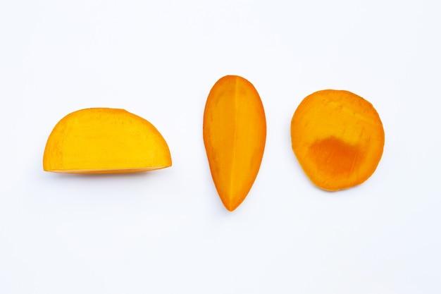 Mangues tropicales sur surface blanche