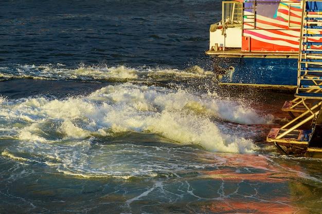 Le manhattan new york. bateau à moteur à la mer