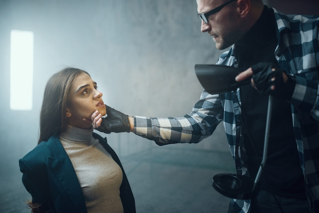 Maniac fait briller une lampe de poche face à sa victime