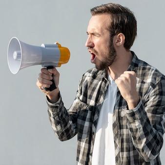 Un manifestant avec un mégaphone criant
