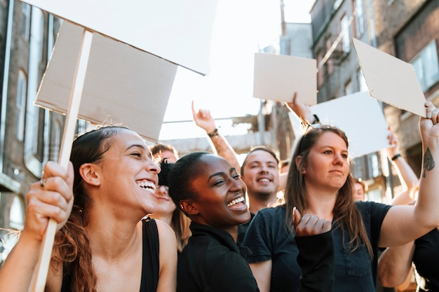 Des manifestants extatiques marchant dans la ville