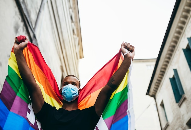 Manifestations pour la liberté! nous voulons être libres! jeune homme noir en signe de protestation