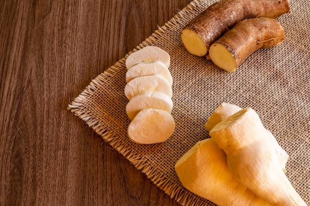 Le manioc, également appelé manioc, yuca, balinghoy, mogo, mandioca, kamoteng kahoy, tapioca et racine de manioc, un arbuste ligneux de la famille des euphorbiaceae originaire d'amérique du sud.