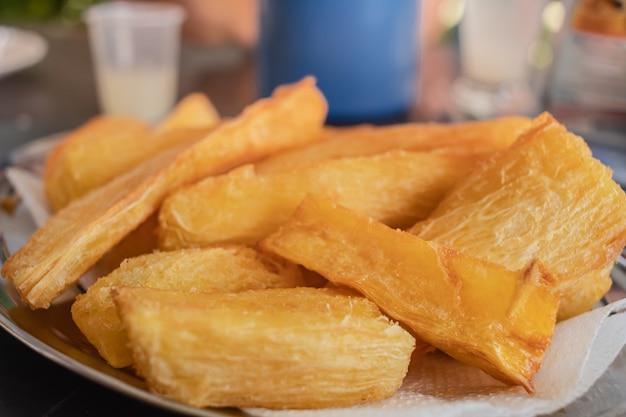 Le manioc frit servi à la table dans la cuisine brésilienne traditionnelle de photo de plan rapproché
