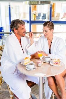 Mann et frau trinken kaffee dans therme oder bad