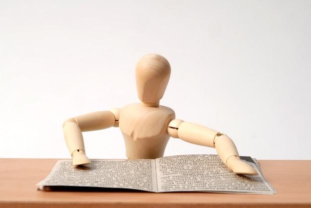 Mannequin assis derrière le bureau