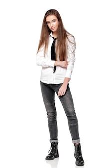 Mannequin aux cheveux longs en chemise blanche et cravate isolé sur fond blanc
