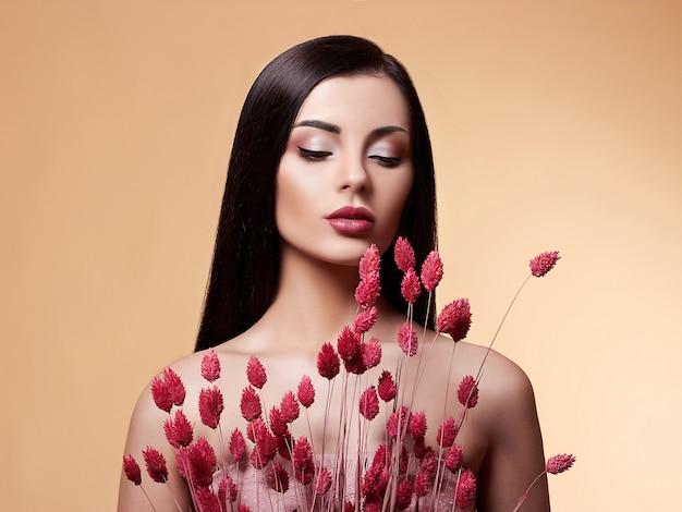 Mannequin beauté femme avec des fleurs.