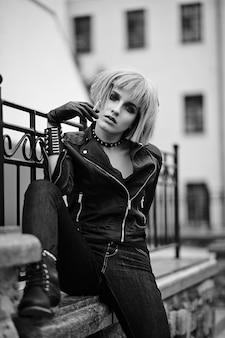 Mannequin blonde dans le style adolescent en perruque à l'extérieur dans la rue
