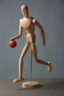 Mannequin en bois avec ballon de basket