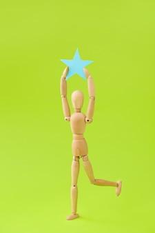 Mannequin En Bois Avec étoile Sur Couleur Photo Premium