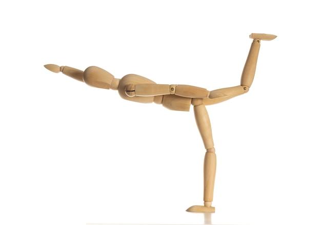 Le mannequin en bois font danseur de ballet sur fond noir blanc