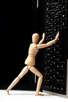 Mannequin et clavier d'ordinateur